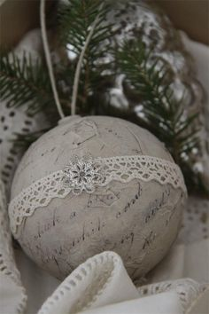 easy shabby chic decor diy - a shabby resource of creative strtegies to achieve a terrific decor Method 7690027667 pinned on this date 20181202 Winter Christmas, All Things Christmas, Vintage Christmas, Christmas Holidays, Xmas, Diy Christmas Ornaments, Christmas Decorations, Navidad Diy, Christmas Inspiration