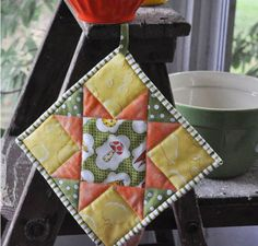 Tutorial: Quilt-y potholder by Noble Wife · Source: http://thenoblewife.blogspot.com/2012/08/how-to-make-quilted-potholder-ie.html