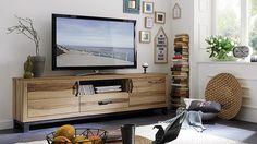 """Antik anmutende Elemente treffen auf dunkeln Stahl – das TV-Lowboard """"Montresa"""" ist ein wahrer Hingucker. Das wertvolle, lebhaft strukturierte Massivholz in Wildeiche kreiert ein spannungsreiches, aber zugleich auch natürliches Ambiente."""
