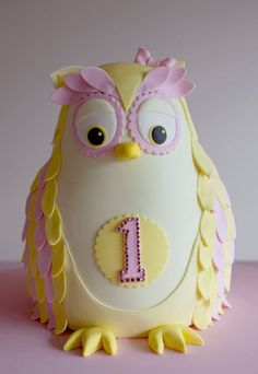 This is one of the cakes I'm loving and thinking of doing for Lillie's 2nd Birthday, but in red and pink! Gorgeous!