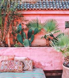 wowwww this is our dream combo .Light pink and cactus and palms .Mix up those plants for a beautiful and great desert vibe. BEST cactus decoration, succulents decor, cactus home decor, cactus decor ideas Exterior Design, Interior And Exterior, Murs Roses, Deco Boheme, Outdoor Living, Outdoor Decor, Outdoor Lounge, Outdoor Daybed, Pink Houses