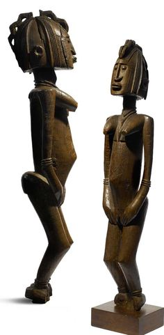 Africa | Female ancestor figure from the Dogon people of Mali. In the Wakara style | Wood. H: 69.9 cm || Within the board corpus of Dogon statuary, examples of the Wakara sub-style are exceedingly rate. The Wakara style originated around Douentza, a village at the southern Bandiagara cliff.