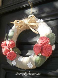 Primavera 2016 Un tiepido sole bacia questa ghirlanda fuori porta in polistirolo, ricoperta con due diversi tessuti e decorata con un fiocco in rafia, roselline in stoffa colorate da me, perle, foglie in lattice ed fiorellini in pizzo.  #ghirlanda #handmade #shabbychic #ecochic #iuta #rosedistoffa #pizzo #homedecor #wreath  #lemaddine #seguiteilbiancocigno
