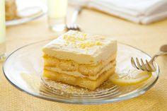 Il tiramisù al limoncello è un dolce profumatissimo, dai tenui colori ma dal sapore intenso di limone: una vera prelibatezza.