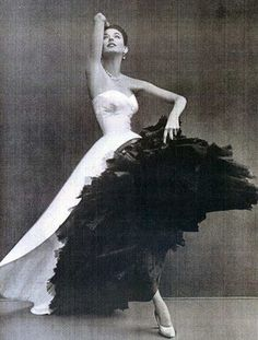 After The Ball Gown: The Haute Couture Secrets of Cristobal Balenciaga Vintage Haute Couture 1950 Kleider Elie Saab Couture, Dior Haute Couture, Givenchy Couture, Dress Couture, Couture Fashion, Fashion Goth, White Fashion, Fashion Quiz, Feminine Fashion