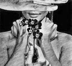 Intervenção artística com a técnica da colagem handmade em foto de mulher real, em um efeito surreal. Sem uso de computador, apenas bisturi e tesoura. #moda #fashion #art #estampa #decor #collage #artcollage #photography #gallery #fotografia #galeria #handmade #mulher #surreal  #paperart