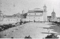 La iglesia de Santa María, aún en pie, sin estatua ni quiosco. Parece otra plaza, ¿verdad? :P (FB:Alcalá Historia)