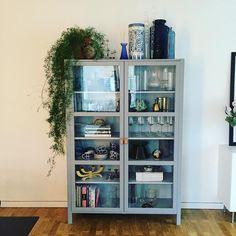 """Josefin Ivars on Instagram: """"Äntligen ❤️ #vitrinskåp #björksnäs #ikea #diy #grey #inredning #decoration #decor #heminredning #homedecor #monamie #rörstrand #klong…"""" Living Room Glass Cabinet, Apartment Furniture Layout, Cabinet Decor, Apartment Living, Living Room Designs, Shelving, Interior Design, Home Decor, House"""