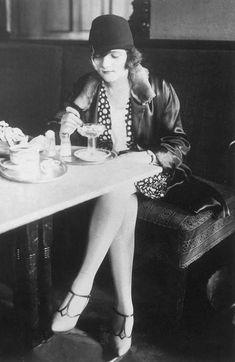 vintage everyday: 36 Vintage Photos Show a Unique and Elegant Style of Women Fashion 20s Fashion, Art Deco Fashion, Vintage Fashion, Womens Fashion, Flapper Fashion, Female Fashion, Belle Epoque, 1920s Flapper, Flapper Style