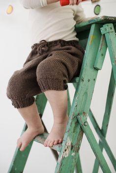 Strikket Nikkers i ull fra Den Store Guttestrikkeboka av Charlott Pettersen Knitting For Kids, Knitting Projects, Baby Knitting, Crochet Baby, Knit Crochet, Knitting Ideas, Baby Pants, Sock Shoes, Kids Wear