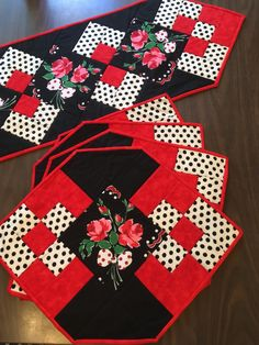 Red Bouquet Polka Dot Quilted Table Runner and Placemat Set Patchwork Table Runner, Table Runner And Placemats, Quilted Table Runners, Xmas Table Runners, Diy Crafts Images, Polka Dot Quilts, Pumpkin Table Decorations, Etsy Quilts, Halloween Table Runners