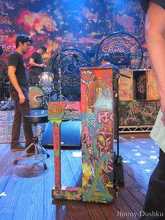 love love!!!! pon color en tus muebles....recogelos de la basura y pintalos a lo graffiti