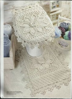Who does not have a crochet at home? Or remember that crochet rug she had at her mother's or her grandmother's? Crochet today may not be . Crochet Mat, Love Crochet, Beautiful Crochet, Crochet Doilies, Crochet Decoration, Crochet Home Decor, Crochet Crafts, Crochet Projects, Diy Projects