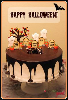 Halloween cake using ghost peeps, Milano tombstones and harvest mix pumpkins. (Recipe and instructions included)Cute Halloween cake using ghost peeps, Milano tombstones and harvest mix pumpkins. (Recipe and instructions included) Halloween Desserts, Halloween Cupcakes, Halloween Torte, Halloween Backen, Pasteles Halloween, Bolo Halloween, Recetas Halloween, Theme Halloween, Halloween Tags