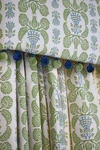 Curtain Pelmet, Curtains And Draperies, Living Room Inspiration, Interior Inspiration, Green Ottoman, Contemporary Curtains, Dining Room Windows, Green Windows, Cushion Fabric