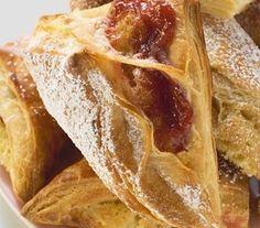 Először a kalácstésztát készítjük el. A szobahőmérsékletű lisztet összekeverjük a kevés tejben felfuttatott élesztővel, a tojással, a cukorral, csipet sóval, a lágy vajjal, a langyos tejjel és tésztát dagasztunk. Apple Pie, French Toast, Bread, Breakfast, Food, Apple Cobbler, Breakfast Cafe, Essen, Breads