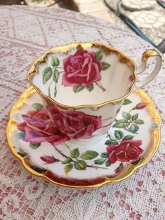 Šálek na čaj * bílý porcelán, ručně malovaný krásnými červenými růžemi, se zlatým okrajem ♥