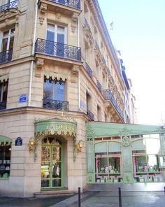 Ladurée - Avenue des Champs-Élysées. No hagas colas eternas, mejor ve al bar del mismo lugar, la decoración es increíble y puedes sentarte a tomar champagne, café y desde luego maccarrones!