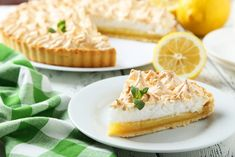 ▶ The LEMON PIE or LEMOS CAKES is prepared with a cookie base and covered with a rich mixture of lemon with condensed milk and Grenetina, then left to curd. Meringue Recept, Lemon Meringue Pie, Pie Recipes, Gourmet Recipes, Baking Recipes, Pastries Recipes, Bbq Desserts, Dessert Recipes, Cake Recept