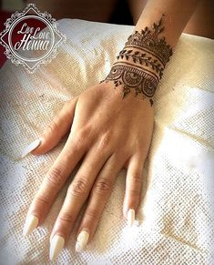 Pakistani Bride on I Henna Designs Arm, Henna Tattoo Designs Simple, Bridal Henna Designs, Beautiful Henna Designs, Simple Mehndi Designs, Mehndi Designs For Hands, Simple Henna, Henna Tattoo Hand, Henna Tattoos