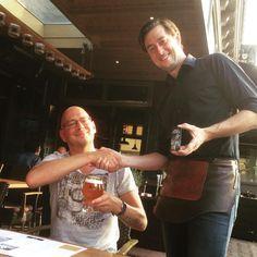 Als 1 van de 40 trotse vriendenkring leden van Hertog Jan bij de Toren momenteel een sleutel voor 30% korting op een brouwerijbezoek en kans op mooie prijzen bij 2 Hertog Jan speciaalbieren!  Onze fijne gast Arnold nam zojuist de 1e sleutel in ontvangst! #drinkeetfeestbeleef #hertogjan