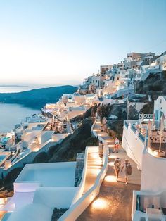 Evening in Santorini, Greece - Honeymoon ideas Vacation Places, Dream Vacations, Romantic Vacations, Romantic Travel, Vacation Trips, Voyage Europe, Crete Greece, Santorini Travel, Bucket List Travel