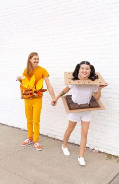10 creative couples costumes to DIY for Halloween Happy weekend, all! Popping in today to share some of our fave couples costumes we've found around the 'net, for your weekend planning pleasure. How fun is it to create a Halloween costume based off o Halloween Costume Diy, Easy Diy Costumes, Creative Costumes, Cute Costumes, Food Costumes, Simple Mens Halloween Costumes, Easy Costumes For Couples, Fun Costumes For Women, Couple Costume Ideas