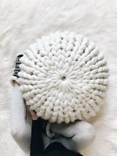 No needles needed, just use your hands with this beauti… FREE knit pouf tutorial! No needles needed, just use your hands with this beautiful chunk yarn. Perfect piece for your home. Chunky Crochet, Chunky Yarn, Diy Crochet, Hand Crochet, Chunky Knits, Arm Knitting, Knitting Patterns, Crochet Patterns, Knitting Ideas