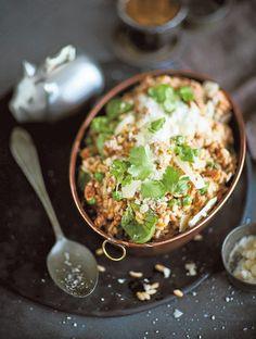 Valmistusaika: 25 min Hinta: noin 3,80 e/annos  1 salottisipuli 1 rkl oliiviöljyä 400 g salsicciaa, chorizoa tai muuta mausteista raakamakkaraa 350 g risottoriisiä 1 rkl punaviiniä tai punaviinietikkaa 1 prk (400 g) kokonaisia kuorittuja (kirsikka)tomaatteja noin 8 dl kuumaa kana- tai lihalientä 100 g pakasteherneitä 1 rkl voita  Tarjoiluun: raastettua parmesaania, hienonnettua lehtipersiljaa  Kuori ja hienonna sipuli.
