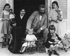 Kathe Kruse along with her husband and children, and several of her handmade cloth dolls. Around 1915.                                                                                                                                                                                 Mais