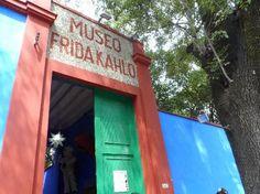 """A Casa Museu Frida Kahlo em Coyoacán,cidade do México.A A transformação da casa em museu, 4 anos após a sua morte, cumpre a vontade do casal em deixá-la como herança para o povo mexicano. No acervo obras suas, objetos pessoais, fotos, peças decorativas,mobiliário. Aqui nasceu e morreu. Sempre retornava para a chamada """" Casa Azul"""". Aqui viveu casada com o também pintor Diego Rivera. Foto : Cida Werneck"""