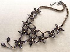 キラキラ小花のビーズネックレス #カザリ咲色 #ビーズ #ビーズフラワー #ビジュー #ハンドメイド #ネックレス #手作り #手芸 #アクセサリー #コスチュームジュエリー #bead #beads #bijou #beading #beadedflower #beadswork #beadwork #beadsph #bijoux #beaded #biser #necklace #handmade