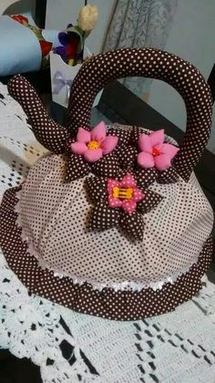 Cobre bolo Quilting Projects, Sewing Projects, Fabric Crafts, Sewing Crafts, Crochet Puff Flower, Quilt Storage, Tea Cozy, Felt Fabric, Soft Furnishings