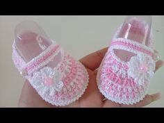 Crochet Baby Girl Shoes With Tiny Flower - Crochet Ideas Crochet Baby Bibs, Crochet Baby Sandals, Booties Crochet, Newborn Crochet, Baby Booties Knitting Pattern, Baby Shoes Pattern, Knitting Videos, Crochet Videos, Baby Girl Shoes