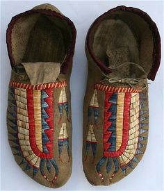 Love the colours and pattern, Plains Indian moccasins are so beautiful! ( I would like a pair like these.)