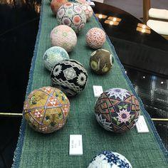 "67 Likes, 13 Comments - @kayozinha_246 on Instagram: ""先週の「讃岐かがり手まり」作品展。 木綿糸を草木染めで染められた糸を使ってかがられた手まりは、どれも優しい風合いです。 (中はもみ殻を紙で包んでいるので全てオーガニック)…"""