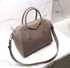 31 Trendy travel accessories to sew ux ui designer Luxury Purses, Luxury Bags, Luxury Handbags, Purses And Handbags, Leather Accessories, Travel Accessories, Jewelry Accessories, Sac Speedy Louis Vuitton, Cute Bags