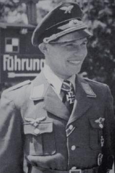 Leutnant Hans Hahn (1919-1941), Ritterkreuz 09.07.1941 als Leutnant unf Flugzeugführer in der I./Nachtjagdgeschwader 2 ✠ 12 Luftsiege. Alle Nachtabschüsse im NJG 2. Erfolgreichster Nachtjäger über England. Am 11 Oktober 1941 mit einem englischen Flugzeug zusammengestoßen und abgestürzt.