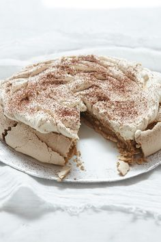 There's nothing better than a towering, majestic Pavlova. We've carefully selected what we believe are the 5 Best Pavlova Recipes Ever. A bold claim, but just look how delicious these recipes are. Cappuccino Pavlova from Nigellissima: Instant… Just Desserts, Delicious Desserts, Dessert Recipes, Yummy Food, Nigella Lawson, Mocca, Coffee Recipes, Foodies, Sweet Treats