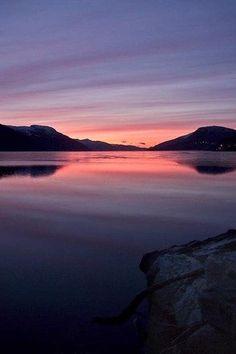 De lengte van het fjord bedraagt 106 kilometer en heeft net als veel andere grotere fjorden diverse grote zijarmen. Hij loopt van de Jostedal gletsjer tot aan de Atlantische Oceaan. Uit archeologische vondsten blijkt dat hier al mensen woonden voordat de Vikingen zich hier hebben gevestigd.