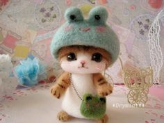 Tiny needle felted cat wearing a frog hat by *Drymint Roving Wool, Wool Felt, Needle Felted Cat, Felted Wool Crafts, Cute Stuffed Animals, Felt Cat, Cat Crafts, Cutest Thing Ever, Felt Animals
