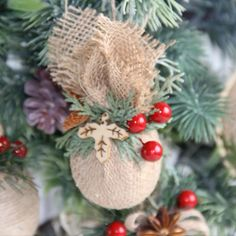 Instructions for jute Christmas decoration - Create a simple but very nice Christmas decoration. From creative polystyrene balls and jute, even - Burlap Christmas Ornaments, Christmas Crafts To Make, Diy Christmas Ornaments, Homemade Christmas, Christmas Projects, Christmas Wreaths, Christmas Tree Inspiration, Xmas Decorations, Doily Patterns