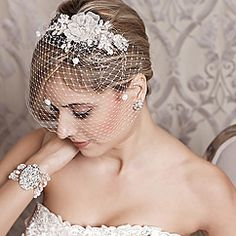 Discover gorgeous bridal hair combs & wedding head-pieces designed by Laura Jayne. Bridal hair fascinators by Laura Jayne. Find your bridal glamour at Perfect Details.