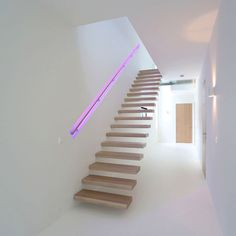 Un pasamanos que cambia de color agrega algo de drama a esta escalera Staircase Handrail, Staircase Remodel, Railings, Light Architecture, Architecture Details, Exterior Design, Interior And Exterior, Stairway Lighting, Drama