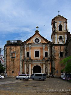 (photo via lenscapades) San Agustin Church is the oldest standing church in the Philippines. It blends with the historical architecture of the famous Intramuros site. Filipino Architecture, Philippine Architecture, Architecture Baroque, Colonial Architecture, Historical Architecture, Les Philippines, Philippines Culture, Fort Santiago, Intramuros