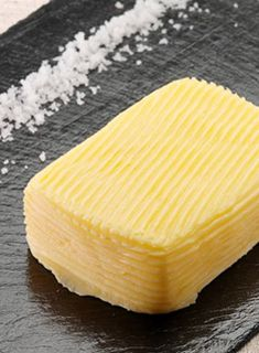 « Qui dit Breton dit... beurre salé  Le premier rôle du sel dans le beurre a été celui de le conserver. Le sel étant le premier réfrigérateur de l'histoire.  Aujourd'hui, on appelle un beurre ½ sel, un beurre dont le sel ne dépasse pas 3% et un beurre salé s'il dépasse 3%. »