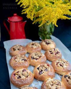 Drożdżówki na weekend! Śliwki, cynamon i lukier pomarańczowy, zapraszam 💛 Muffin, Sweets, Cookies, Breakfast, Food, Recipes, Instagram, Kuchen, Crack Crackers