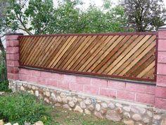 забор с косым расположением досок в металлической раме
