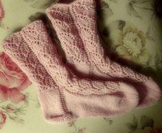 Strick Dir + Deinen Kindern jetzt tolle Socken mit einem Hingucker-Muster. Das Blattmuster ist nicht schwer zu stricken und die Socken werden toll damit.