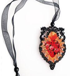 """Pendente """"Sagrado Coazon"""" realizzato in Acrilico Colato spessore 3 mm stampato in digitale e tagliato a laser, Ispirato all'opera e al mood di Frida Khalo, collana in filo di organza"""